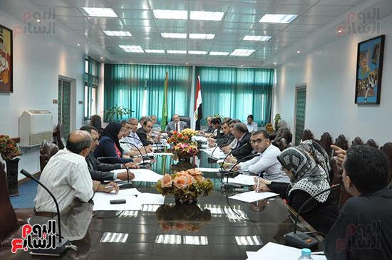 اجتماع محافظ القليوبية والمسئولين التنفيذيين ومسئولى الاستثمار (5)
