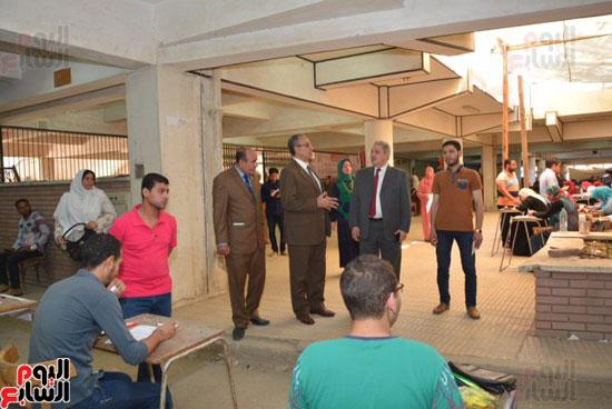 نائب رئيس جامعة أسيوط يتفقد لجان امتحانات الفصل الدراسى الثانى (1)