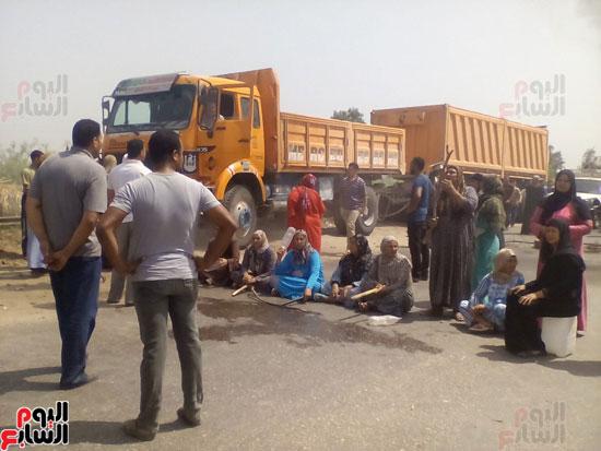 أهالى قريتى حسين عمرو يقطعون الطريق بالبحيرة (1)
