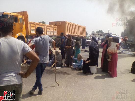 أهالى قريتى حسين عمرو يقطعون الطريق بالبحيرة (2)