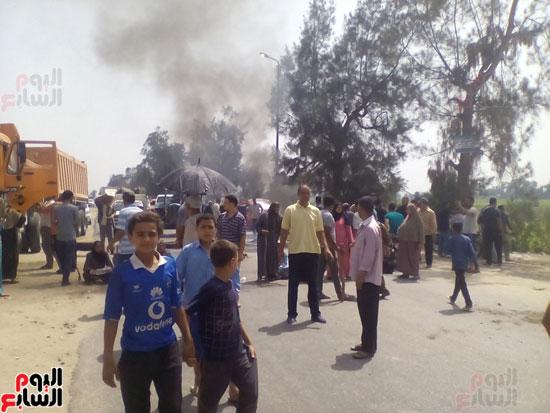 أهالى قريتى حسين عمرو يقطعون الطريق بالبحيرة (4)