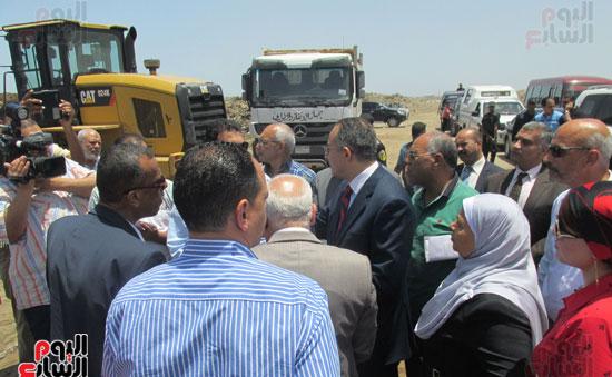 زيارة أحمد درويش نائب وزير السكان للمناطق العشوائية ببور سعيد (1)