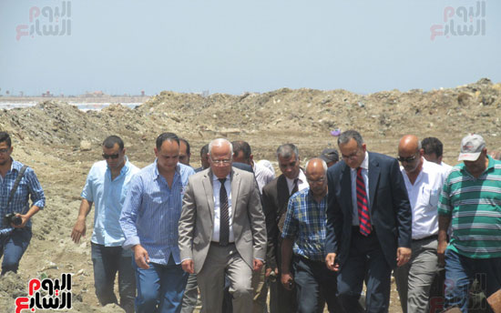 زيارة أحمد درويش نائب وزير السكان للمناطق العشوائية ببور سعيد (2)