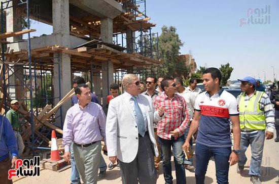 يس طاهر محافظ الإسماعيلية يتفقد أعمال إنشاء كوبرى المشاة الجديد  (1)