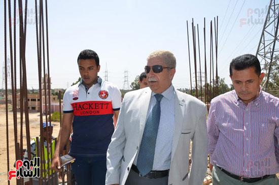 يس طاهر محافظ الإسماعيلية يتفقد أعمال إنشاء كوبرى المشاة الجديد  (2)