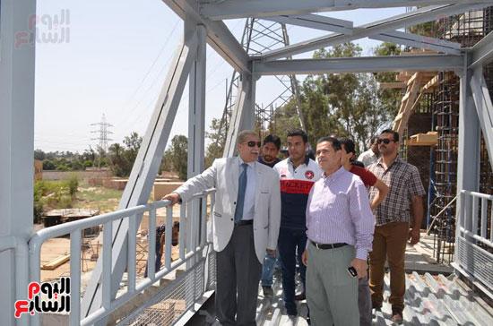 يس طاهر محافظ الإسماعيلية يتفقد أعمال إنشاء كوبرى المشاة الجديد  (3)