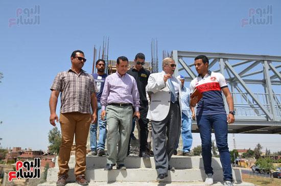يس طاهر محافظ الإسماعيلية يتفقد أعمال إنشاء كوبرى المشاة الجديد  (5)
