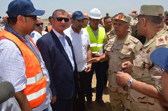 محافظ كفرالشيخ ورئيس الهيئة الهندسية يتفقدان مشروع الاستزراع السمكى ، اللواء كامل الوزيرة (6)
