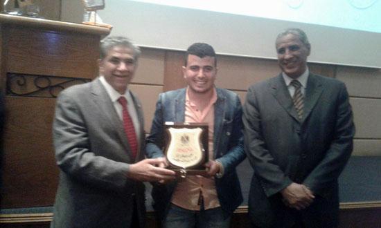 خالد فهمى وزير البيئة يكرم الزميل محمد محسوب (1)