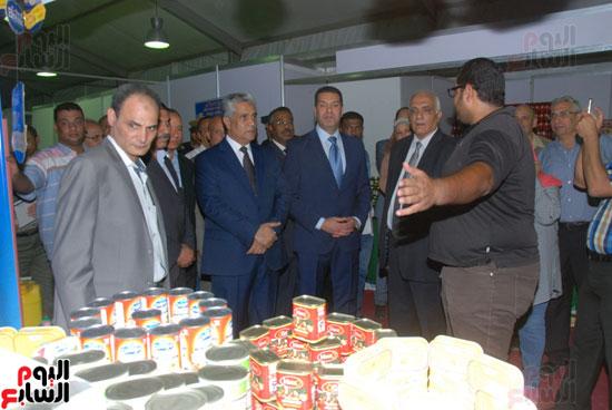 محافظ أسيوط ومدير الأمن يفتتحان معرض أهلا رمضان للسلع الغذائية المخفضة (3)