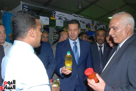 محافظ أسيوط ومدير الأمن يفتتحان معرض أهلا رمضان للسلع الغذائية المخفضة (4)