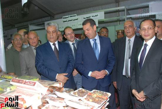 محافظ أسيوط ومدير الأمن يفتتحان معرض أهلا رمضان للسلع الغذائية المخفضة (6)