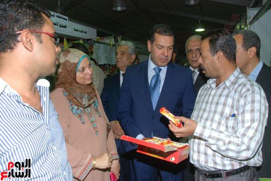 محافظ أسيوط ومدير الأمن يفتتحان معرض أهلا رمضان للسلع الغذائية المخفضة (7)