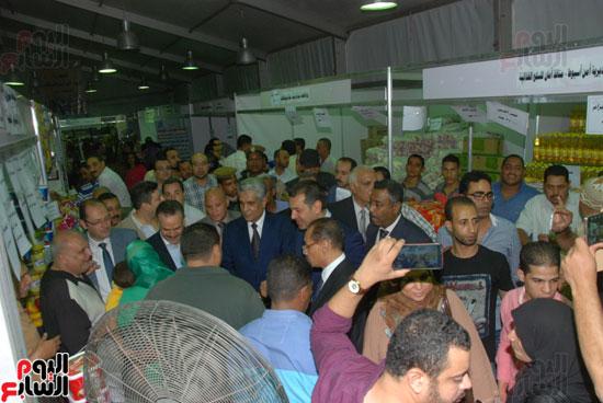 محافظ أسيوط ومدير الأمن يفتتحان معرض أهلا رمضان للسلع الغذائية المخفضة (8)