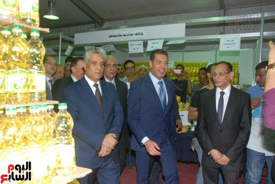 محافظ أسيوط ومدير الأمن يفتتحان معرض أهلا رمضان للسلع الغذائية المخفضة (9)