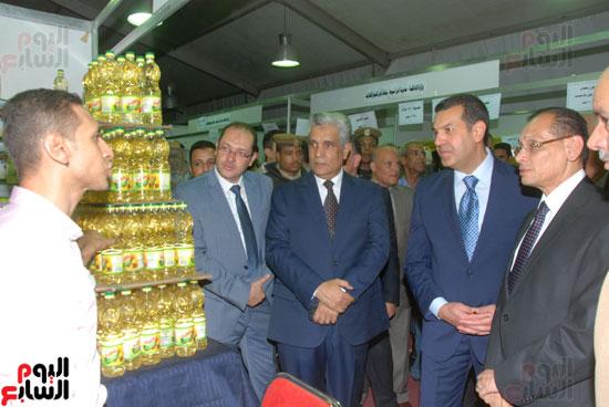 محافظ أسيوط ومدير الأمن يفتتحان معرض أهلا رمضان للسلع الغذائية المخفضة (10)