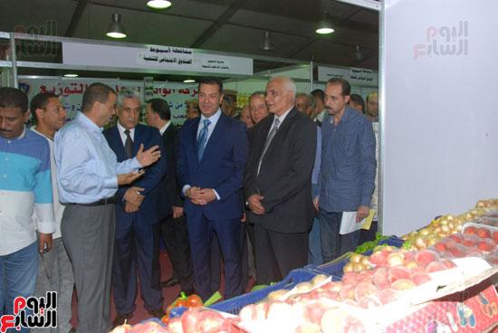 محافظ أسيوط ومدير الأمن يفتتحان معرض أهلا رمضان للسلع الغذائية المخفضة (11)