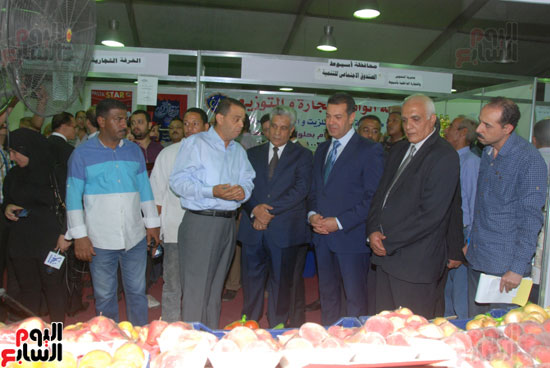 محافظ أسيوط ومدير الأمن يفتتحان معرض أهلا رمضان للسلع الغذائية المخفضة (12)