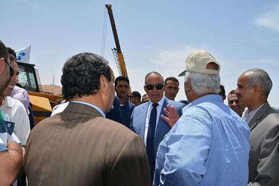 محافظ البحر الأحمر يتفقد مصنع الغاز السائل بمدينة رأس غارب (1)