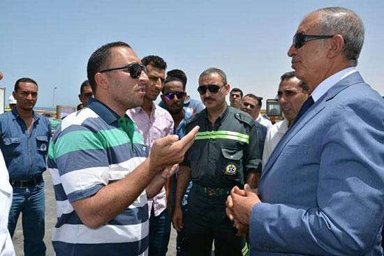 محافظ البحر الأحمر يتفقد مصنع الغاز السائل بمدينة رأس غارب (2)