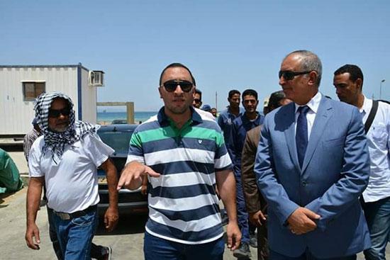 محافظ البحر الأحمر يتفقد مصنع الغاز السائل بمدينة رأس غارب (3)
