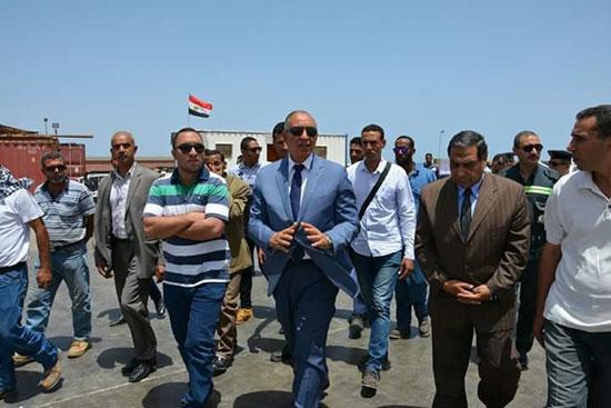 محافظ البحر الأحمر يتفقد مصنع الغاز السائل بمدينة رأس غارب (4)