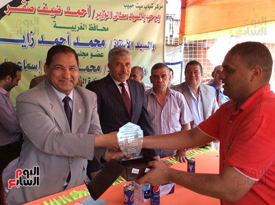 محافظ الغربية يفتتح ملعبًا لكرة القدم بمركز شباب ميت حبيب فى سمنود (1)