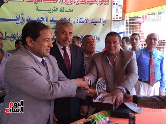 محافظ الغربية يفتتح ملعبًا لكرة القدم بمركز شباب ميت حبيب فى سمنود (2)