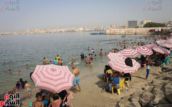 مواطنو الإسكندرية يهربون من الموجة الحارة إلى البحر (1)