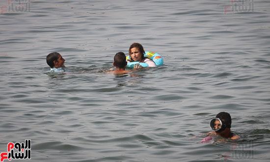 مواطنو الإسكندرية يهربون من الموجة الحارة إلى البحر (10)