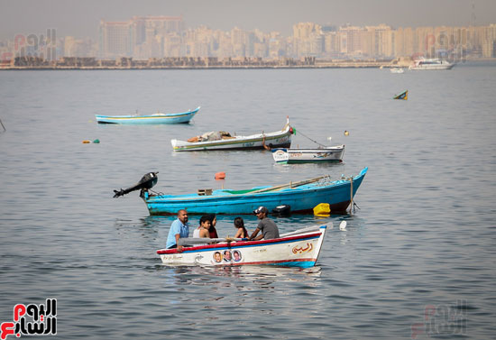 مواطنو الإسكندرية يهربون من الموجة الحارة إلى البحر (11)