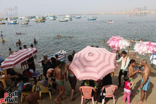 مواطنو الإسكندرية يهربون من الموجة الحارة إلى البحر (12)
