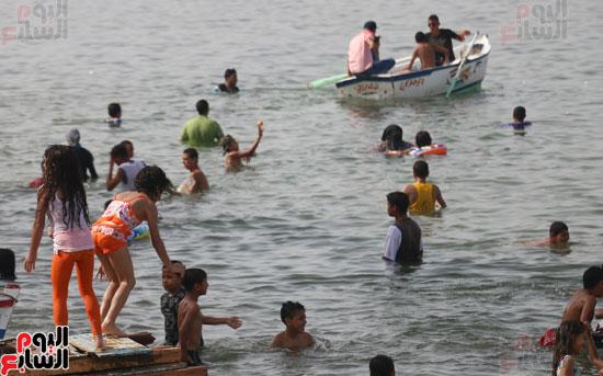 مواطنو الإسكندرية يهربون من الموجة الحارة إلى البحر (13)
