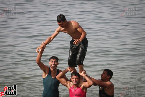 مواطنو الإسكندرية يهربون من الموجة الحارة إلى البحر (14)