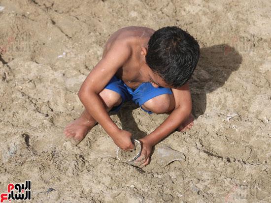 مواطنو الإسكندرية يهربون من الموجة الحارة إلى البحر (16)
