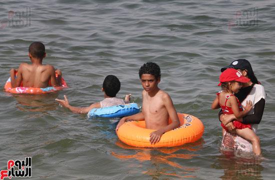 مواطنو الإسكندرية يهربون من الموجة الحارة إلى البحر (17)