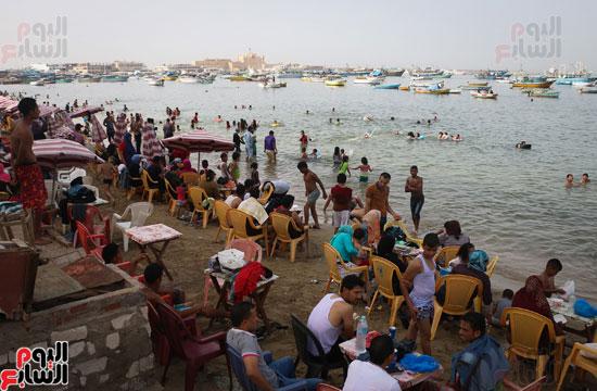 مواطنو الإسكندرية يهربون من الموجة الحارة إلى البحر (2)