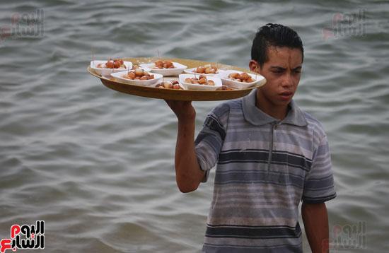 مواطنو الإسكندرية يهربون من الموجة الحارة إلى البحر (4)