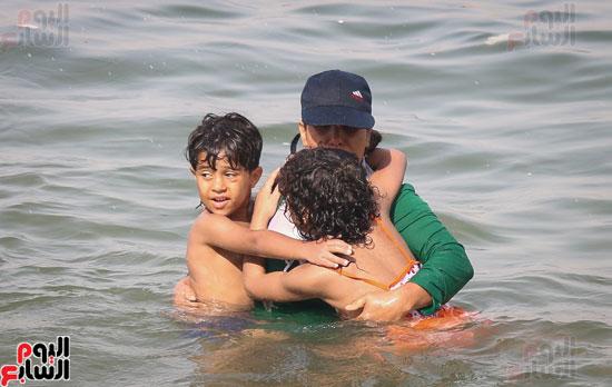 مواطنو الإسكندرية يهربون من الموجة الحارة إلى البحر (5)