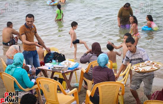 مواطنو الإسكندرية يهربون من الموجة الحارة إلى البحر (6)