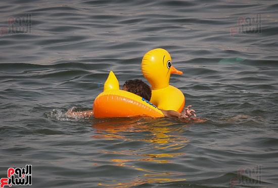 مواطنو الإسكندرية يهربون من الموجة الحارة إلى البحر (7)