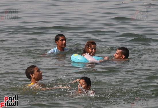 مواطنو الإسكندرية يهربون من الموجة الحارة إلى البحر (8)
