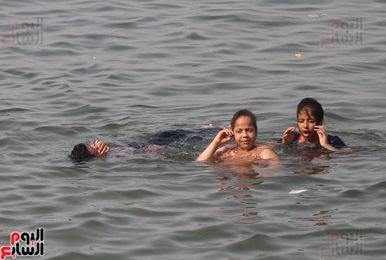 مواطنو الإسكندرية يهربون من الموجة الحارة إلى البحر (9)