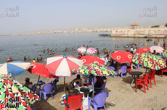 مواطنو الإسكندرية يهربون من الموجة الحارة إلى البحر (18)