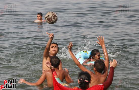 مواطنو الإسكندرية يهربون من الموجة الحارة إلى البحر (20)