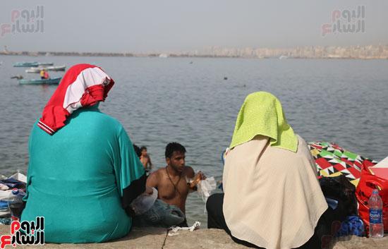 مواطنو الإسكندرية يهربون من الموجة الحارة إلى البحر (21)