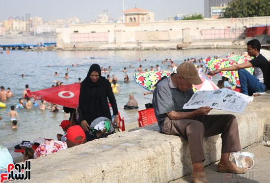 مواطنو الإسكندرية يهربون من الموجة الحارة إلى البحر (22)