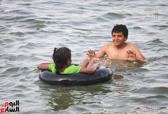 مواطنو الإسكندرية يهربون من الموجة الحارة إلى البحر (23)