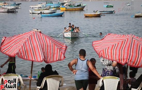 مواطنو الإسكندرية يهربون من الموجة الحارة إلى البحر (24)
