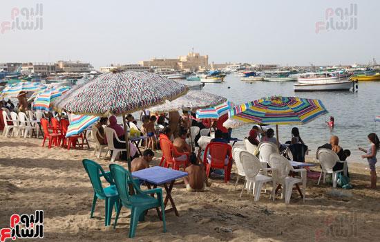 مواطنو الإسكندرية يهربون من الموجة الحارة إلى البحر (25)